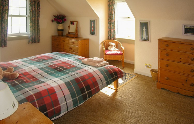 COASTGUARD COTTAGE KING SIZE BEDROOM - HUNISH